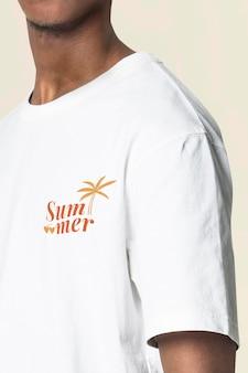 여름 로고 의류가 있는 남성용 티셔츠 모형 psd