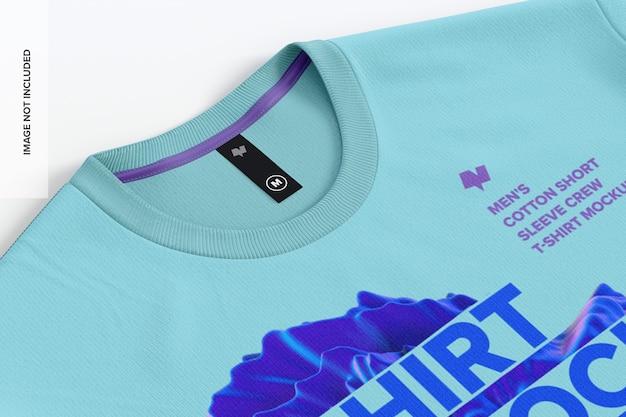 ラベルモックアップのクローズアップとメンズコットンtシャツ
