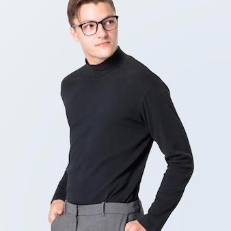 灰色のズボンとタートルネックのセーターのモックアップを持つ男性