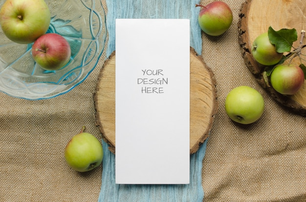 소박한 스타일과 자연에 사과와 함께 메뉴 모형.