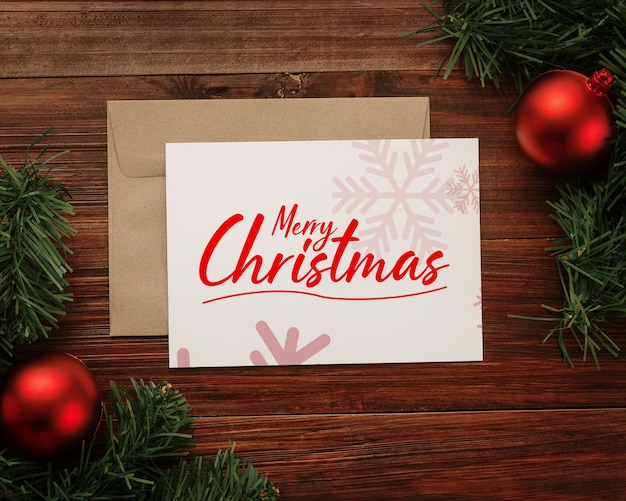 メリークリスマスのグリーティングカードと封筒のモックアップ