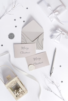 メリークリスマスグリーティングカードのモックアップと封筒