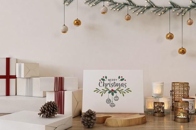 クリスマスの装飾とプレゼントとメリークリスマスグリーティングカードのモックアップ