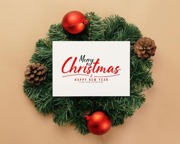 С рождеством христовым макет поздравительной открытки с украшениями из сосновых листьев