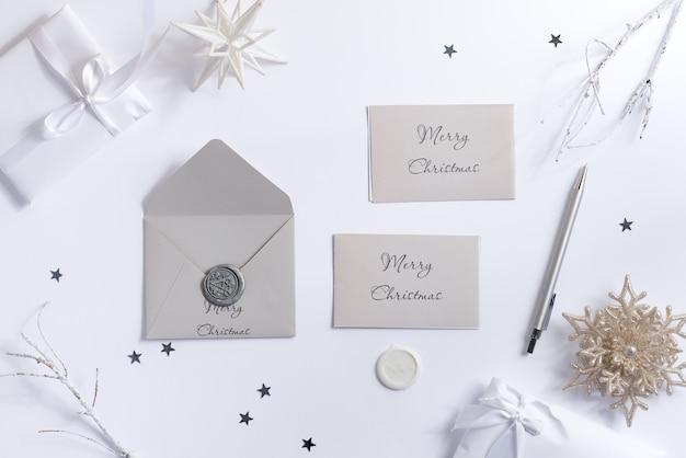 メリークリスマスのグリーティングカードのモックアップと封筒