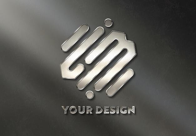 Металлический логотип на стене, залитый солнечным светом макет