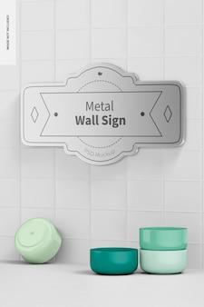 Металлическая стена, макет знака, вид справа
