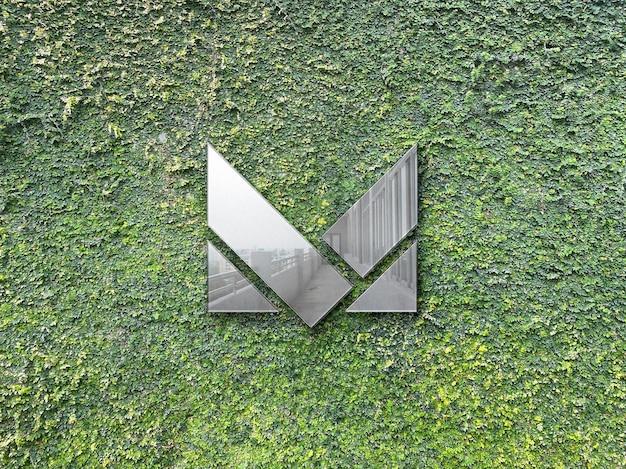 잔디 벽에 금속 로고 모형