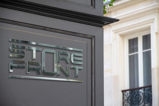 Металлический логотип на витрине в уличном мокапе