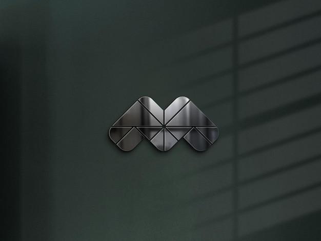 Мокап логотипа из металлической стали на темно-зеленой стене