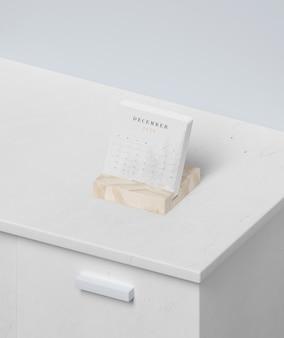 Миниатюрная календарная форма в деревянной подставке