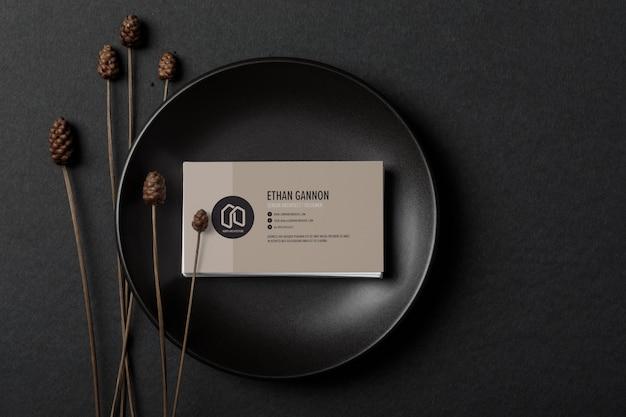 Минимальный макет визитной карточки на черной тарелке