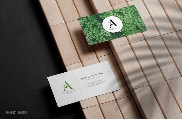 나무 블록으로 최소한의 비즈니스 카드 모형