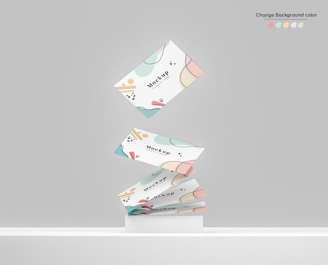Minimo mockup di biglietto da visita aziendale che cade su un batuffolo su una piattaforma.