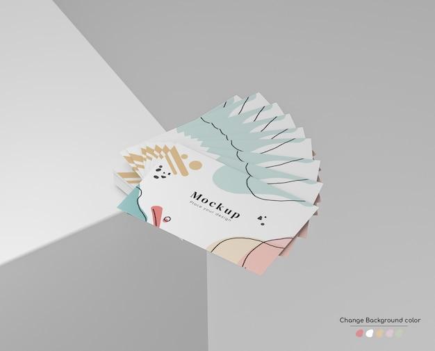 Mockup minimo di biglietto da visita aziendale in disposizione del ventilatore in mano su un angolo della piattaforma.