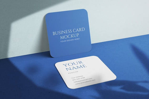 丸い角のモックアップ付きの最小限の現代的な正方形の会社名刺