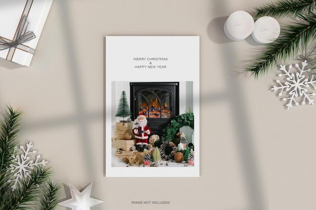 クリスマスの装飾と松の葉のモックアップと最小限のチラシポスター
