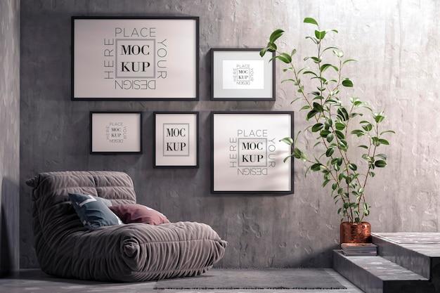 Минималистичный интерьер гостиной с черным тканевым креслом и макетом рам