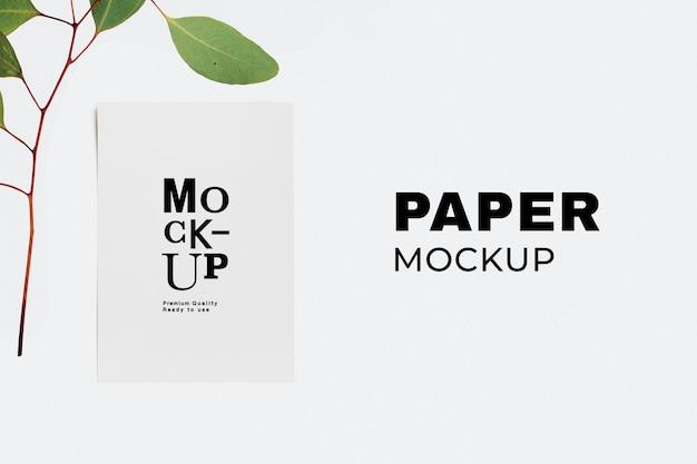 Cancelleria psd mockup di carta minima con ramo di foglie