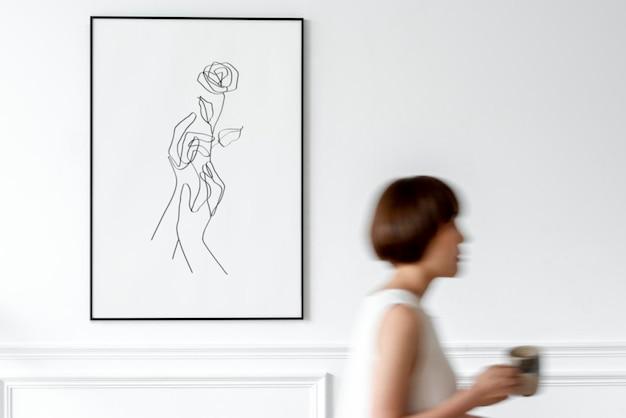 커피 컵을 들고 있는 여성이 있는 최소 그림 프레임 모형 psd