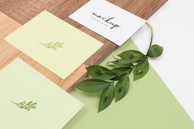 最小限の文房具と植物の配置