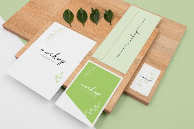 最小限の文房具と植物