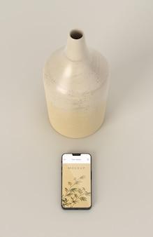 最小限の花瓶と電話のモックアップ