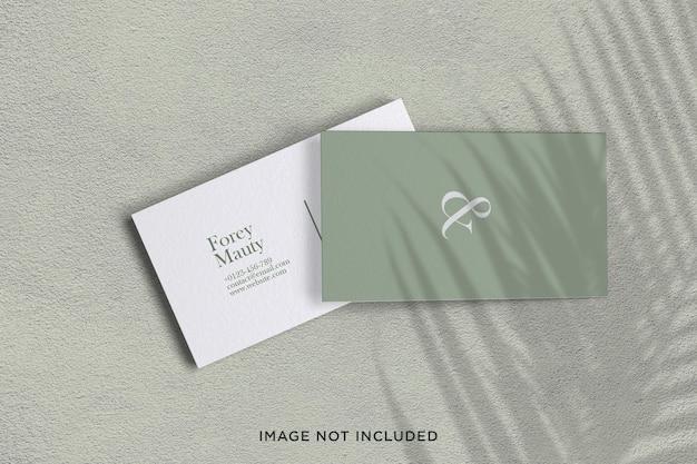 葉の影とミニマルでエレガントな名刺モックアップデザイン