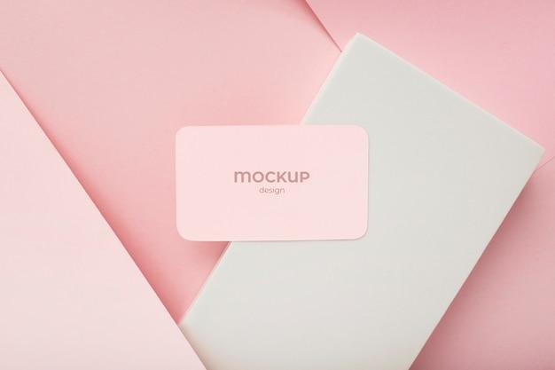 ピンクと白の色で幾何学的な背景にミニマリスト名刺モックアップ構成