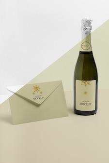 Busta minimalista e mock-up di bottiglia di champagne