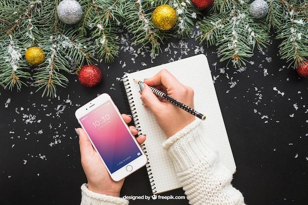 Макет мобильного телефона с рождественским дизайном