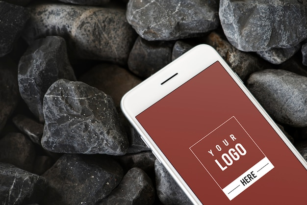 岩の表面に携帯電話