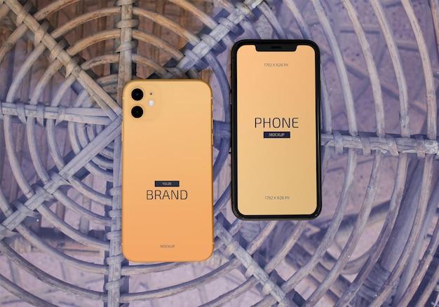 テーブルの上のモバイル スマートフォン画面のモックアップ Premium Psd