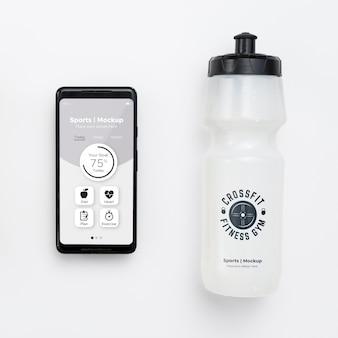Мобильный с бутылкой с водой