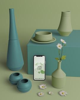 Mock-up vasi 3d con cellulare sul tavolo