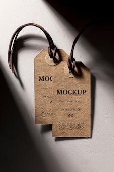 Etichette prezzo marrone mock-up appese