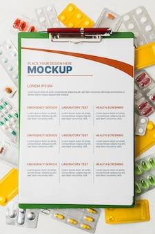 さまざまな薬の上にモックアップクリップボード