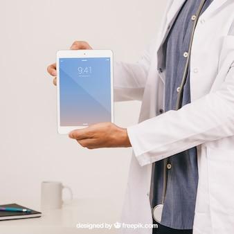 Mock up design con medico, scrivania e tavoletta