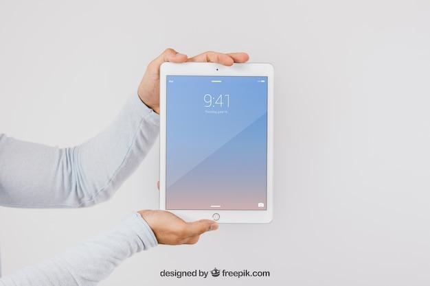 손과 태블릿으로 디자인 모의