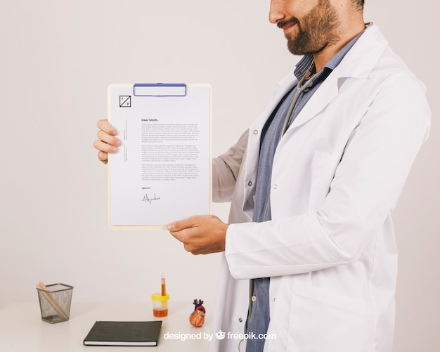 Mock up design con il medico di smiley azienda appunti