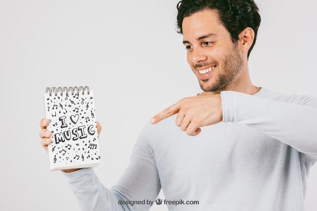 Макет дизайн с смайлик человек, указывая ноутбук