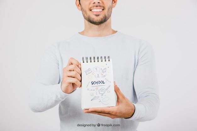 Макет дизайн с молодым человеком холдинг ноутбук