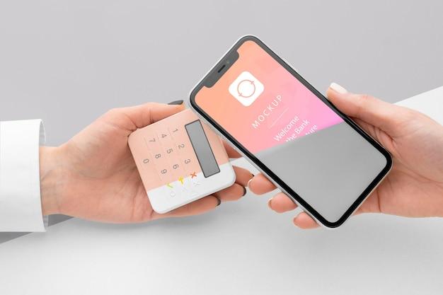 Mock-up di pagamento elettronico con smartphone e terminale di pagamento