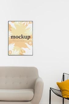屋内のソファの上のモックアップフレーム