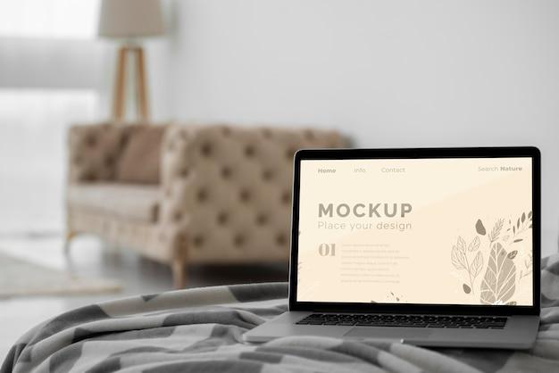 Макет ноутбука в спальне