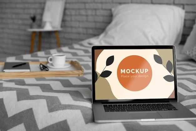침대에서 노트북을 모의