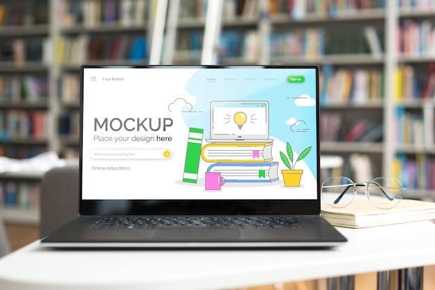 図書館のテーブルの上のモックアップノートパソコン