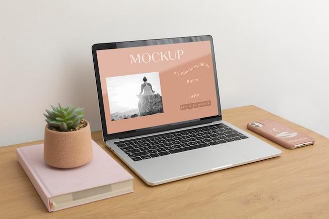 ノートパソコンの画面と電話ケースの構成のモックアップ