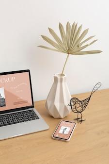 모형 노트북 화면 및 전화기 구성