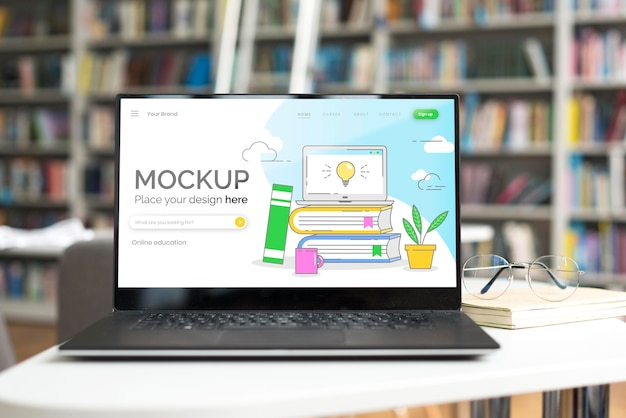 Computer portatile di mock-up sul tavolo in libreria